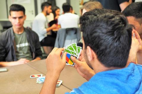 Schüler spielen zusammen ein Kartenspiel
