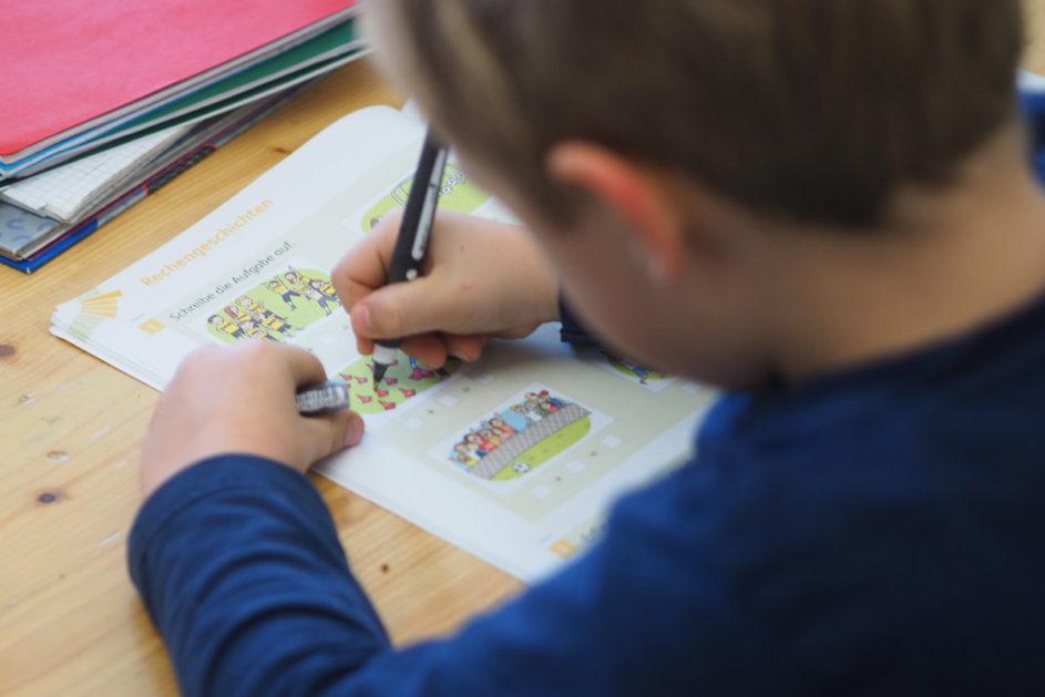 Viele Kinder erledigen ihre Schularbeiten am heimischen Küchentisch oder am eigenen Schreibtisch.