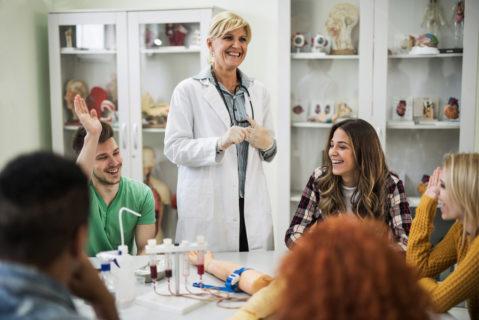Lachen ist gesund – und wirkt sich positiv auf eine entspannte und lockere Atmosphäre im Unterricht aus.