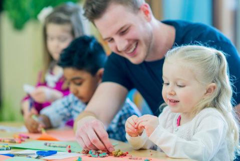 Der französische Präsident Emmanuel Macron kündigte in Paris auf einer Konferenz zur frühkindlichen Bildung die Schulpflicht ab drei Jahren an.