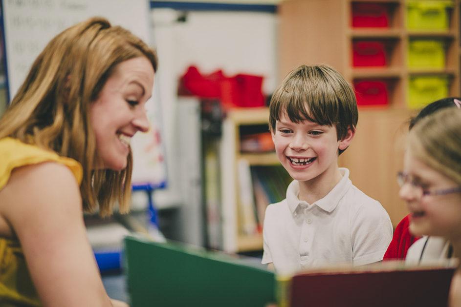 Eine fröhliche, harmonische Stimmung wirkt sich positiv aufs Lernklima aus. Doch wie viel Humor brauchen Lehrerinnen und Lehrer? Müssen sie immer witzig sein? Die Meinungen dazu gehen auseinander.