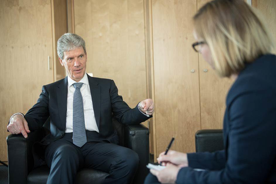 Der Präsident der Kultusministerkonferenz Helmut Holter (Die Linke) sprach im Interview mit dem Deutschen Schulportal über die Bildungsprojekte der Großen Koalition.