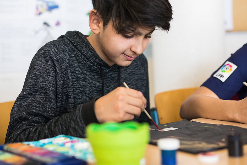 Der Kunstunterricht macht Arshia Spaß. Seine Lehrerin Milana Nudelmann ist überzeugt: Der Junge hat künstlerisches Talent.