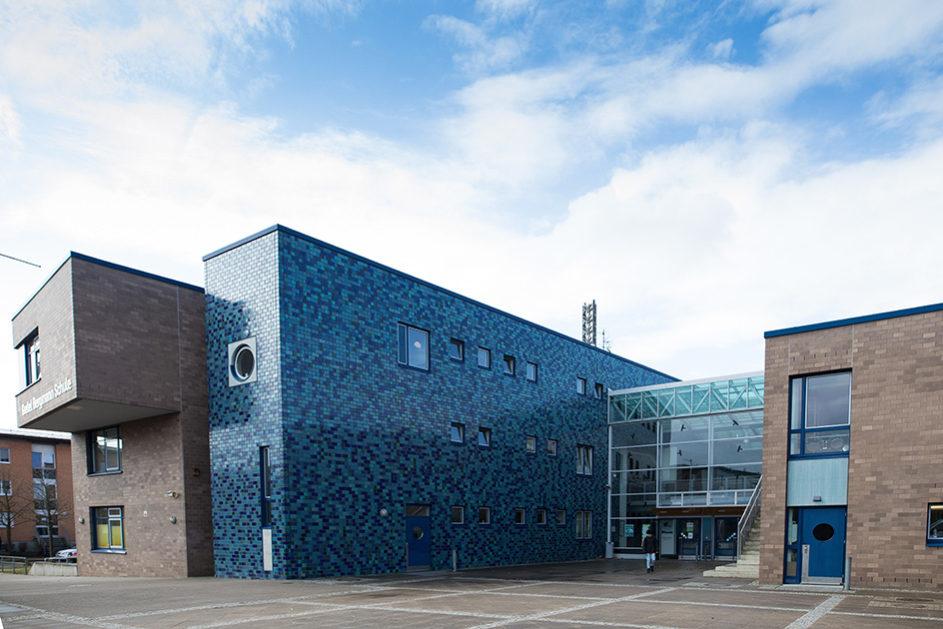 Die Gretel-Bergmann-Schule in Hamburg-Allermöhe: Hier geht Arshia zur Schule, hier lernt er Deutsch sprechen.