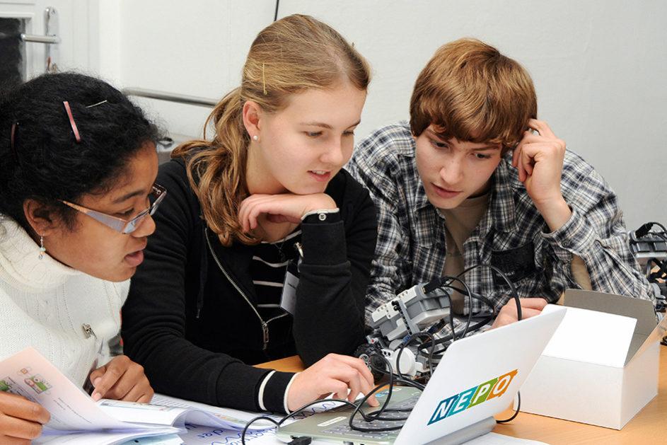 In sogenannten Coding Hubs lernen Kinder und Jugendliche spielerisch das Programmieren kleiner Roboter.