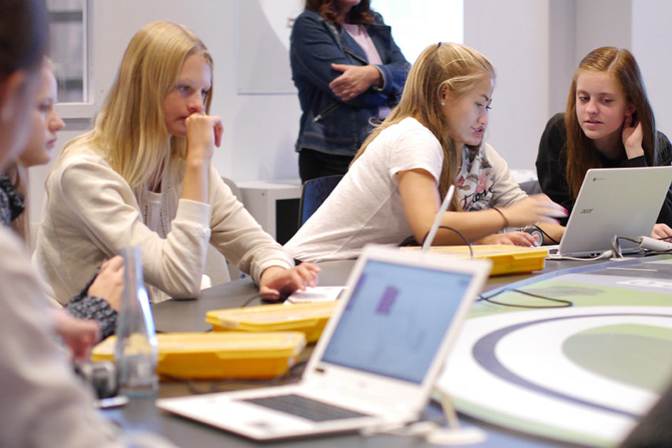 Coding Hubs sind außerschulische Lernorte, an denen Schulklassen spielerisch ans Programmieren herangeführt werden.