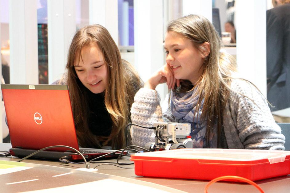 In Coding Hubs können Kinder und Jugendliche Lego-Roboter zum Laufen bringen.