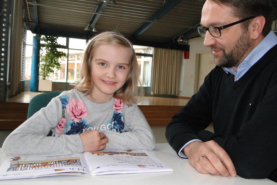 Papa Andreas war in seiner Schulzeit kein Freund von Hausaufgaben. Inzwischen hat sich Schule aber grundlegend weiterentwickelt. An der Schule seiner Tochter Julia wurden Hausaufgaben abgeschafft.