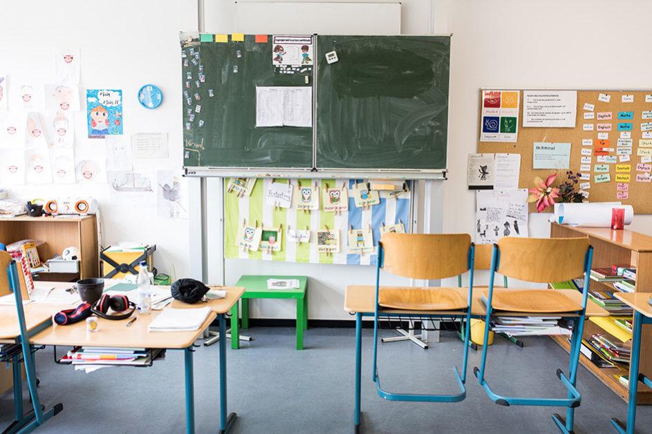 Blick in das Klassenzimmer: Wenn geflüchtete Kinder ohne Deutschkenntnisse in einer ganz normalen Regelklasse unterrichtet werden und sie zusätzlich intensive Förderung in Deutsch erhalten, hilft ihnen das mehr als eine separate Willkommensklasse, meint Gastautorin Juliane Karakayali.