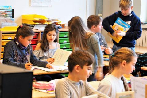 Kinder, die schon in nächsten Lernschritten arbeiten, können den anderen Kindern helfen.