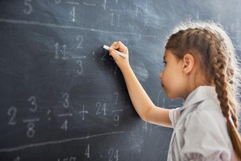 Wie eine neue Studie zeigt, hängt der Lernerfolg nicht davon ab, ob die Schule privat oder öffentlich ist.