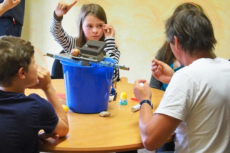 In der anschließenden Reflexion wird die Herangehensweise und Rolle der einzelnen Kinder besprochen.