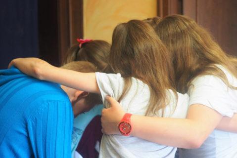 Die Aufgaben stärken den Halt in der Gruppe auch durch den körperlichen Kontakt.