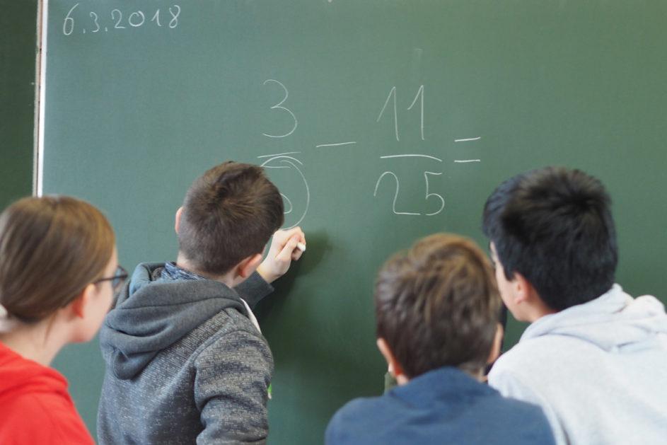 """Rechnen macht Spaß! Das wissen Schulen mit starkem MINT-Profil, deren Schülerinnen und Schüler regelmäßig am Wettbewerb """"Jugend forscht"""" teilnehmen."""