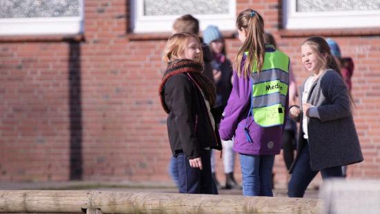 Auf dem Schulhof stehen die Mediatoren als Ansprechpartner während der Pause bereit.