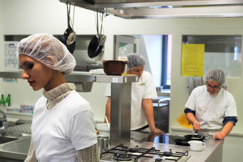 Zubereitung von Pfannkuchen im Bereich Küche / Lebensmittelhandwerk.