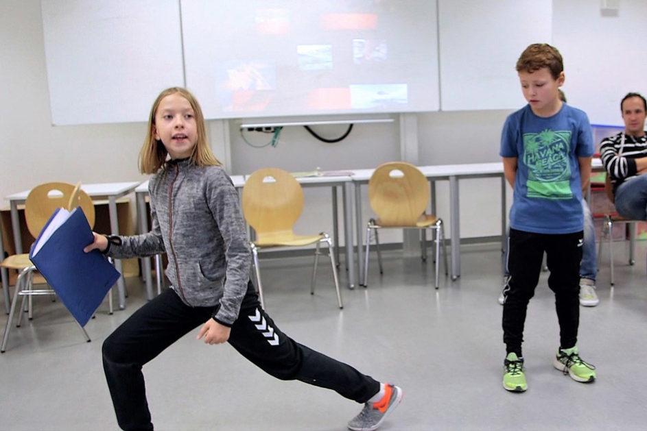 Eine ausgewählte Übung wird den anderen Kindern probeweise vorgestellt. Danach erfolgt Feedback in der Runde.