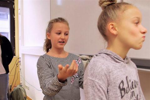 Die Bewegungstutorinnen initiieren die Bewegungspause und stellen die Übung der Klasse vor.
