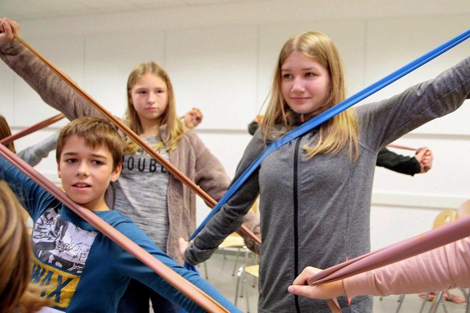 Gummibänder sind Teil der Bewegungskiste, die mit der Universität Erlangen entwickelt wurde.