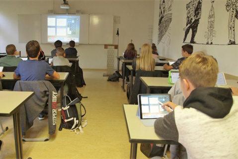 Demokratisierung des Beamers: Der Schüler greift mit dem eigenen Gerät auf den Beamer zu und präsentiert seine Ergebnisse.