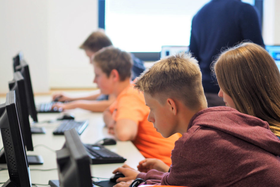 In Team-Arbeit nähert man sich gemeinsam der Lösungsstrategie für die Programmierung des Roboters.