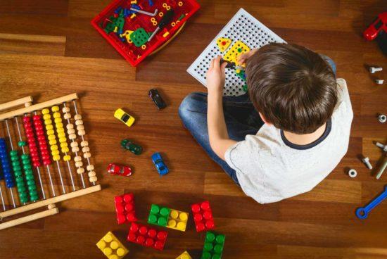 Ein Kind spielt auf dem Fußboden