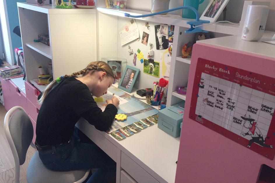Direkt nach dem Mittagessen ab an den Schreibtisch: Nach 45 Minuten ist Klara meist fertig.