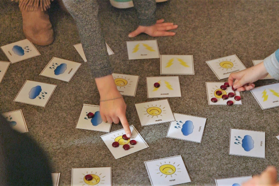 Mit Hilfe von Gefühlskarten wird das Sprechen über eigene Gefühle geübt.