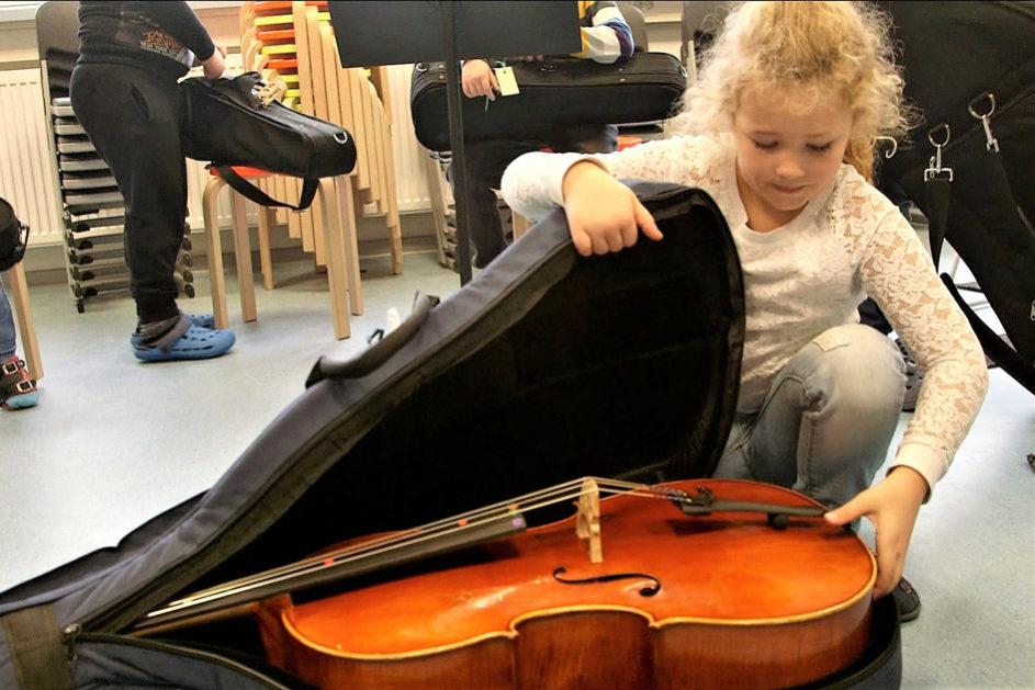 Die Musikinstrumente werden von der Schule zur Verfügung gestellt.