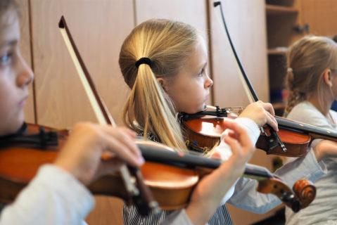 Ab der zweiten Klasse können die Kinder zwischen Geige, Bratsche, Cello und Kontrabass wählen.