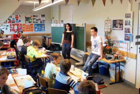Für die Schülerinnen und Schüler der Grundschule ist der Unterricht durch Schüler-Lehrkräfte eine Selbstverständlichkeit.