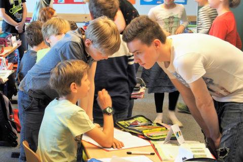 Unterricht auf Augenhöhe. Jüngere und ältere Schülerinnen und Schüler lernen sich kennen.