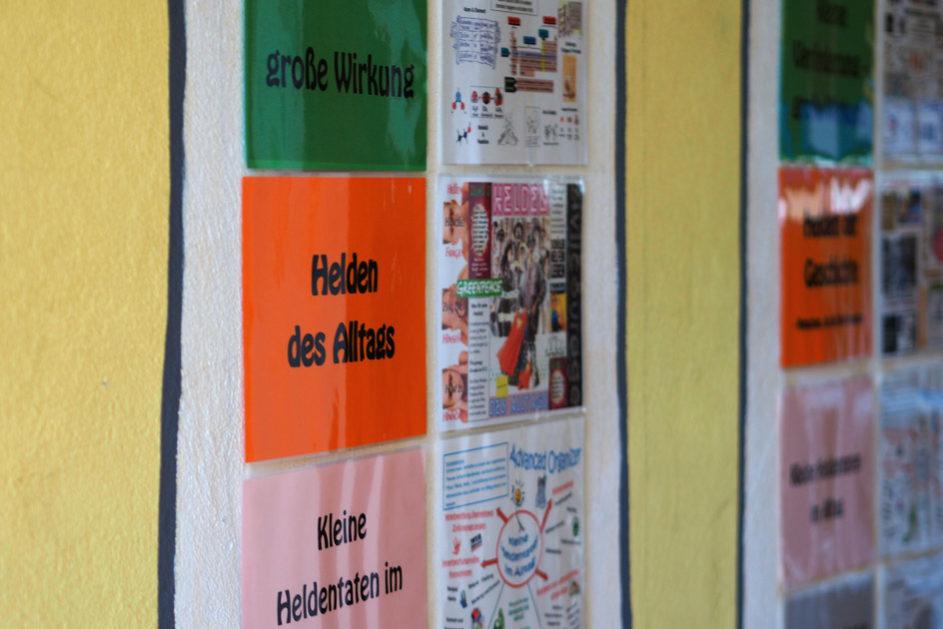 Das aktuelle Projektthema, unterteilt in drei Säulen, ist in den Fluren der Schule immer präsent.