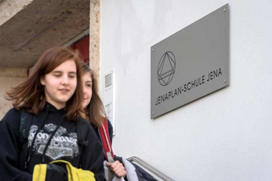 """Hannah (links) und Alba besuchen die Jenaplan-Schule Jena. Einmal in der Woche steht auf dem Stundenplan der Mädchen das Fach """"Verantwortung"""". Dann verlassen sie die Schule und machen sich selbstständig auf dem Weg zu ihrem Projekt."""