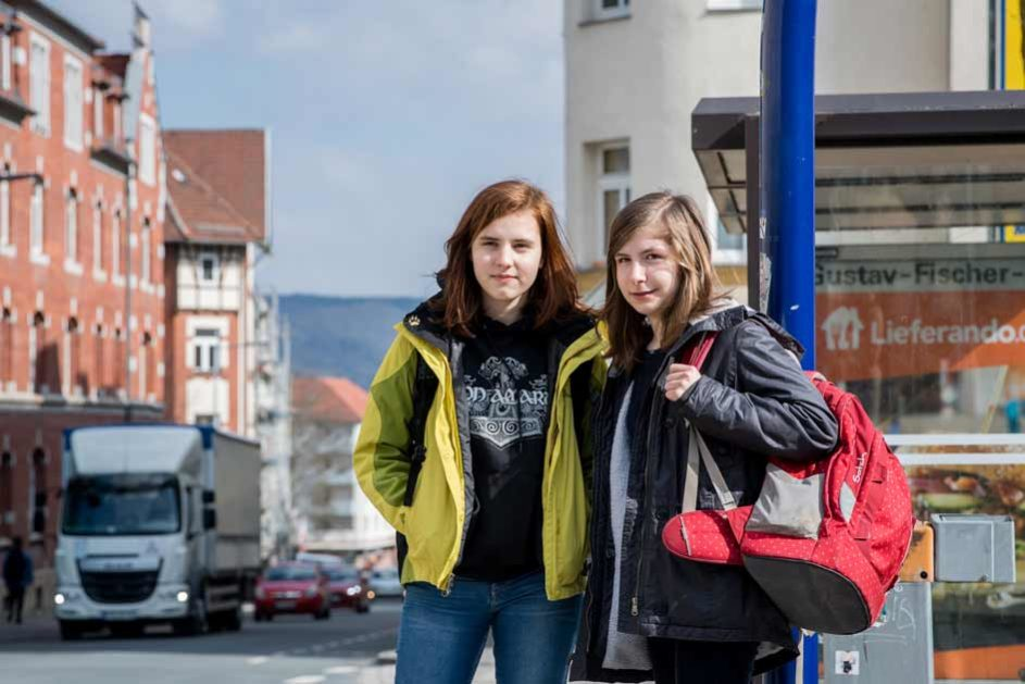 Die beiden Freundinnen engagieren sich für den Offenen Kanal Jena, das Bürgerradio für die Stadt und Umgebung. Zum Studio fahren Hannah (links) und Alba einmal quer durch die Stadt.