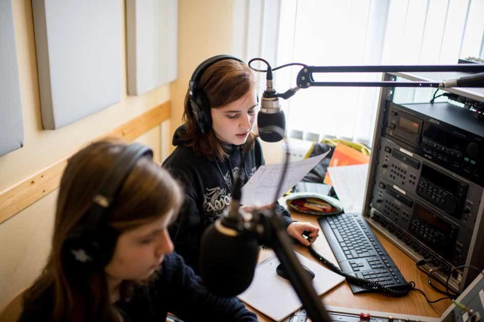 Wie die Profis: Hannah (rechts) spricht den Text ein, den sie zuvor mit Alba formuliert hat …