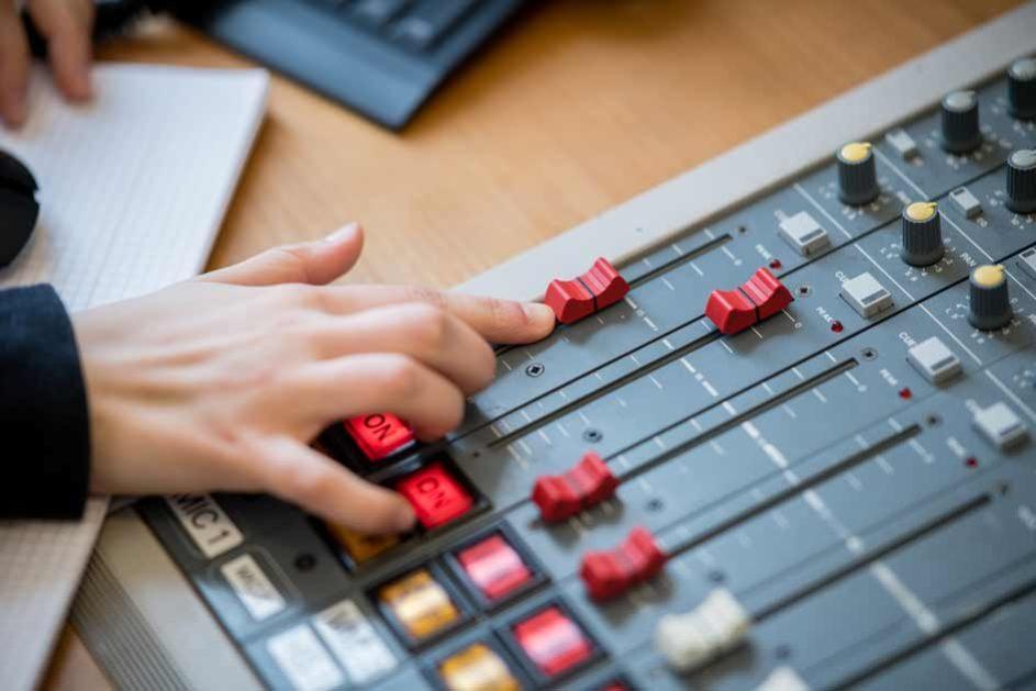… während Alba überprüft, ob alle Einstellungen für den perfekten Sound korrekt sind.