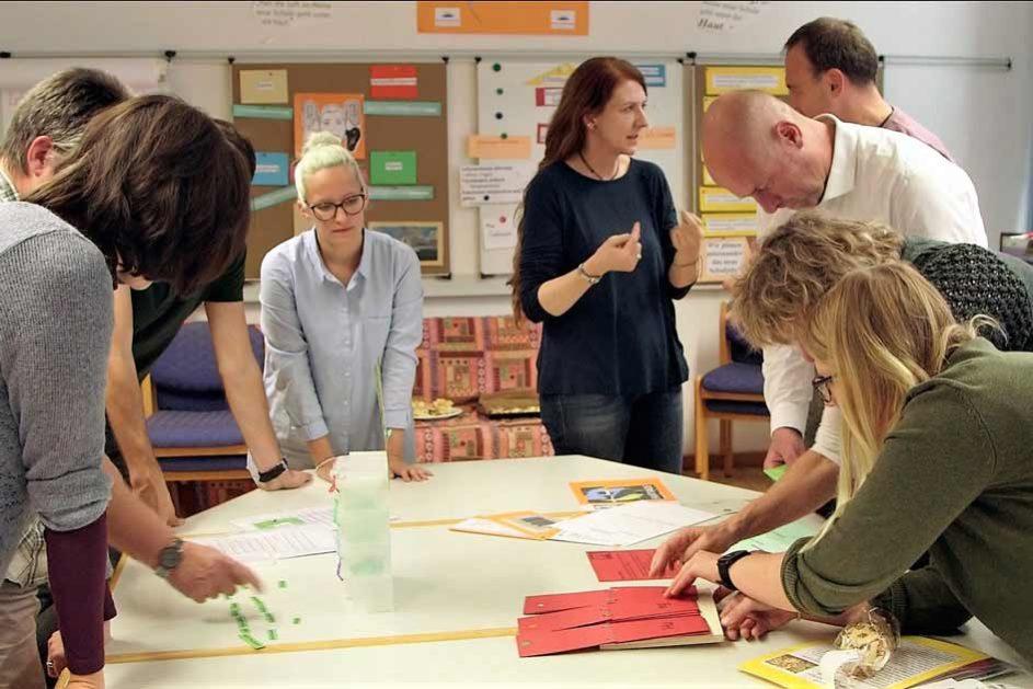 A.I.T - Arbeit im Team: Die Kolleginnen und Kollegen präsentieren sich das selbstentwickelte Material und diskutieren Verbesserungsmöglichkeiten.