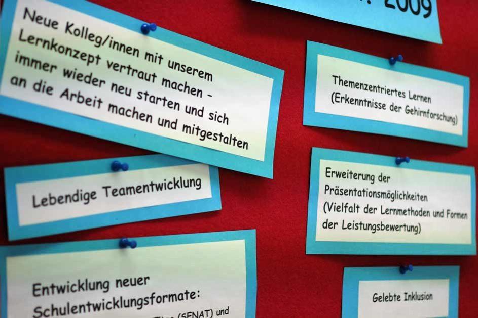 """Das gemeinsame Verständnis der Schulentwicklung ist im Lehrerzimmer (""""Lerngruppe bunt"""") festgehalten."""