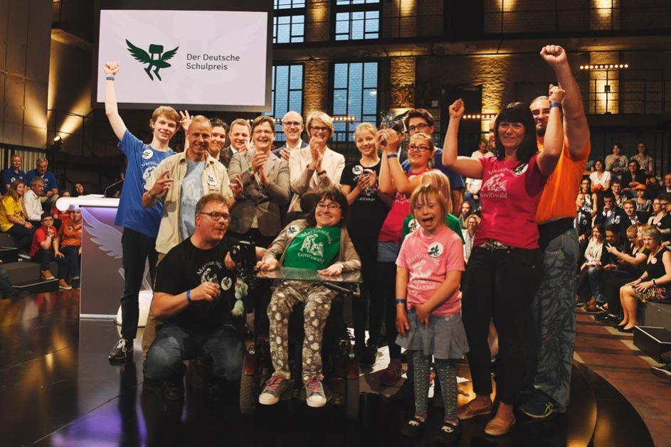 Das sind die Sieger des Deutschen Schulpreises 2018: Kinder und Lehrkräfte des Evangelischen Schulzentrums Martinschule in Greifswald mit ihrer Trophäe.