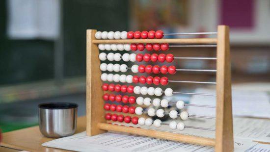 Ein Rechenschieber auf einem Schreibtisch.