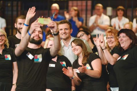 Glückliche Gewinner 2017: Das Team der Elisabeth-Selbert-Schule Hameln posiert für das Sieger-Selfie. Wer gewinnt den Deutschen Schulpreis in diesem Jahr?