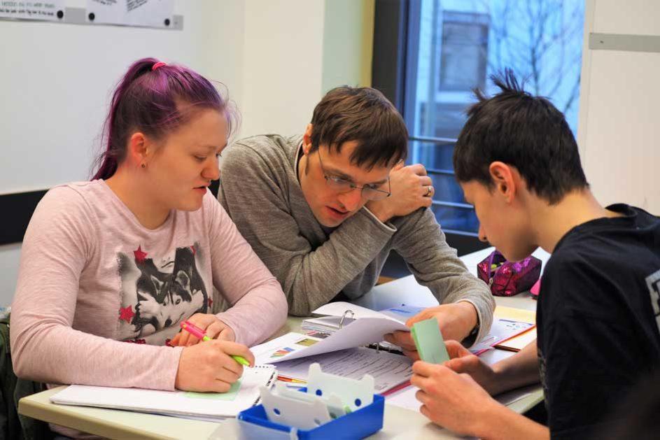 Im allgemeinbildenden Unterricht wird immer ein Bezug zu den jeweiligen Qualifizierungsbausteinen der Fachbereiche hergestellt.