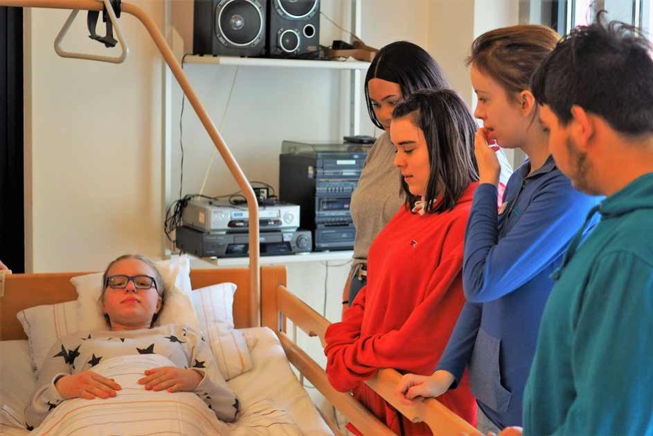 Die Mobilisation und Lagerung von Patienten wird mit Mitschülerinnen und Mitschülern geübt.