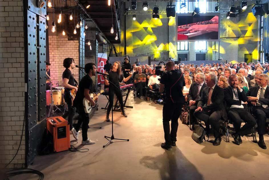 Die junge Sängerin Lotte heizte bei der Preisverleihung des Deutschen Schulpreises im ewerk die Stimmung an.