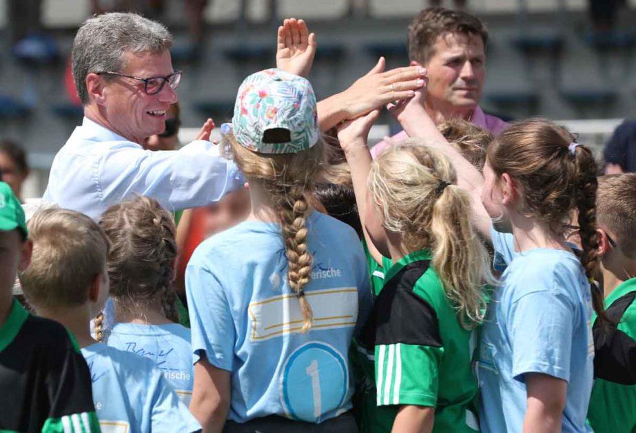 "Der bayerische Kultusminister Bernd Sibler (CSU) sucht den Kontakt zu den Schulen vor Ort - hier beim Projekt ""BallHelden"" an der Grundschule Schwarzenfeld."