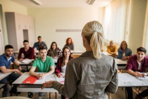 Eine Lehrerin steht vor der Klasse