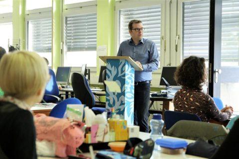 Zu Beginn informiert der Schulleiter kurz über interessante Neuigkeiten und anstehende Aktivitäten.