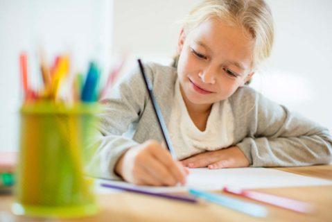 ein junges Mädchen malt