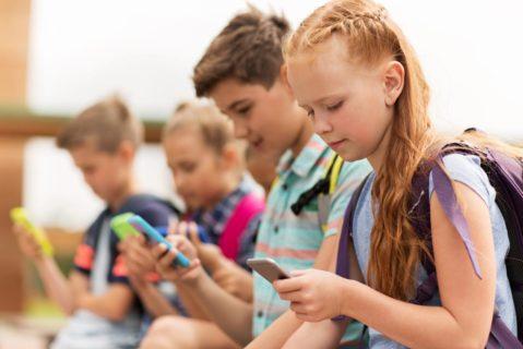 Kinder spielen mit dem Smartphone